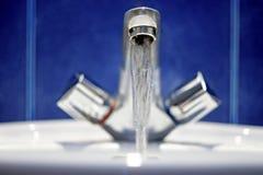 卫生间龙头 从被镀铬的钢的水流量 库存图片