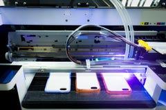 印刷品的数字紫外打印机激光机器您的智能手机事务 图库摄影