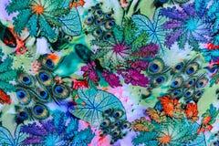 印刷品织品纹理镶边了孔雀羽毛和自然 免版税图库摄影