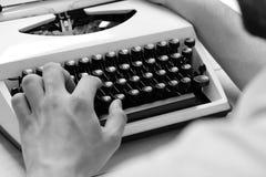 印刷术和文字概念 键入与减速火箭的文字机器的作家 老打字机 图库摄影