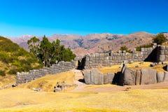 印加人废墟- Saqsaywaman,秘鲁,南美。考古学复合体,库斯科省。多角形石工的例子 免版税库存图片