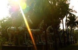 印地安与太阳的马勇敢的人村庄神雕象行发出光线 库存图片