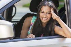 印地安亚裔驾驶汽车的女孩少妇 免版税库存照片