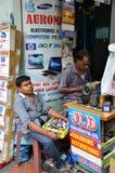 印地安人修理在一老缝合的一种缝合的黑织品 免版税图库摄影