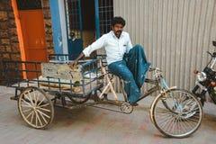 印地安人力车人坐他的车 马杜赖2月23日2018年,印度 免版税库存照片