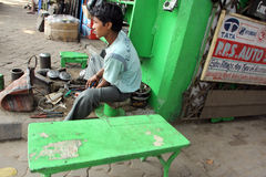 印地安人卖汽车的商店外在Malik市场分开在加尔各答 免版税库存照片