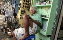 印地安人卖汽车的商店外在Malik市场分开在加尔各答 库存图片