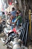 印地安人卖汽车的商店外在Malik市场分开在加尔各答 免版税库存图片