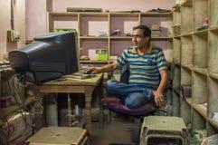 印地安人在办公室 库存照片
