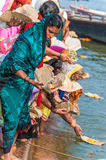 印地安人在恒河庆祝一种印度仪式 免版税图库摄影