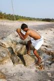 印地安人在瓦尔卡拉捣毁在石头的椰子卖对游人饮料用椰子水, Odayam渔夫村庄喀拉拉, Ind 免版税库存照片