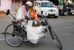 印地安人完全质询了寻求帮助坐三轮车 免版税库存图片