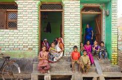 印地安人家庭的画象做父母与门阶的孩子在Aniyore 免版税图库摄影