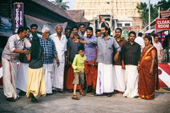 印地安人民走向晨祷崇拜Sri Padmanabhaswamy寺庙在特里凡德琅喀拉拉印度 免版税库存照片