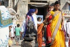 印地安人民给楠迪公牛带来奉献物在Virupaksha Templ 库存照片