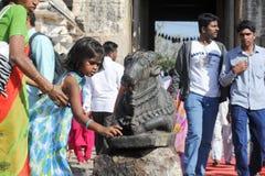 印地安人民给楠迪公牛带来奉献物在Virupaksha Templ 免版税库存图片