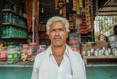 印地安人站立的过去农村商店画象用食物和水 免版税库存图片