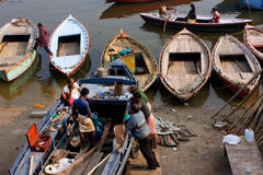 印地安人设法在恒河船坞固定一条老河船的马达 免版税图库摄影