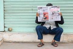 印地安人读书报纸 免版税库存图片