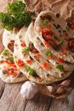 印地安人Naan平的面包用大蒜和草本特写镜头 垂直 免版税库存图片
