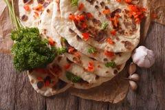 印地安人Naan平的面包用大蒜和草本特写镜头 水平 免版税图库摄影