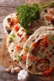 印地安人Naan平的面包用大蒜和草本 垂直的顶视图 免版税库存照片