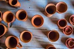 印地安传统手工制造瓦器顶视图不同的大小的杯子、灯和水罐,金奈,印度, 2017年2月25日 免版税库存图片