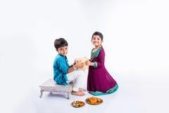 印地安兄弟和姐妹庆祝rakshabandhan或rakhi节日 图库摄影