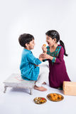 印地安兄弟和姐妹庆祝rakshabandhan或rakhi节日 免版税库存图片