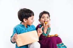 印地安兄弟和姐妹庆祝rakshabandhan或rakhi节日 库存图片