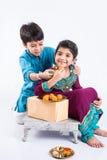 印地安兄弟和姐妹庆祝rakshabandhan或rakhi节日 免版税库存照片