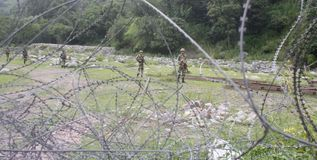 印地安军队士兵巡逻在军队停机坪靠近控制地点线靠近Poonch 免版税库存图片