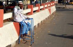 印地安前辈完全质询了人寻找的帮助/施舍在一条繁忙的路 免版税库存照片