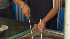 印地安厨师准备印地安食物 naan印地安在烤箱的面包和roti 股票视频