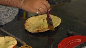 印地安厨师准备印地安食物 naan印地安在烤箱的面包和roti 股票录像