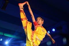 印地安古典舞蹈的美丽的女孩舞蹈家 免版税库存图片