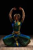 印地安古典舞蹈Bharatanatyam的美丽的女孩舞蹈家 免版税库存照片