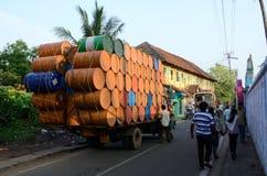 印地安司机沉重被超载的卡车为旅行在喀拉拉做准备 免版税库存照片