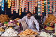 印地安商人和甜摊位在普斯赫卡尔市,印度 库存照片