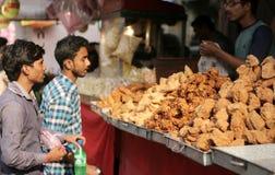 印地安在一条繁忙的路的街道食品厂家出售普遍的samosas 库存照片