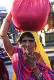 印地安在她的头的妇女运载的捆绑, Bundi,印度 库存照片