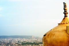 印地安堡垒的圆顶&尖顶射击了反对都市风景 免版税库存图片
