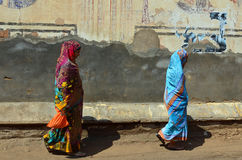 印地安夫人和被绘的墙壁,曼达瓦, Rajastha 免版税库存照片