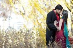 年轻印地安夫妇亲吻 免版税库存照片