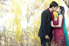 年轻印地安夫妇亲吻 库存照片