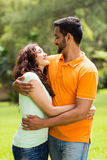 印地安夫妇拥抱 免版税库存照片