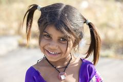 印地安女孩孩子乞求为从游人的金钱在城市街道, Mandu,印度上 免版税图库摄影