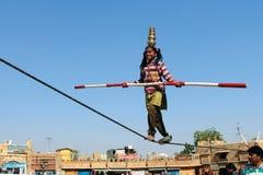 印地安女孩执行街道杂技 库存图片