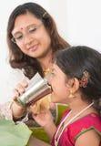 印地安女孩饮用水 库存照片