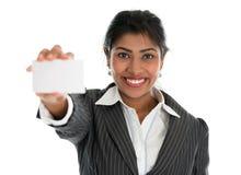 印地安女实业家显示一张空白的名片 免版税库存照片